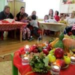 Тригодишни учиха родителите си как се правят туршии и плодови шишчета