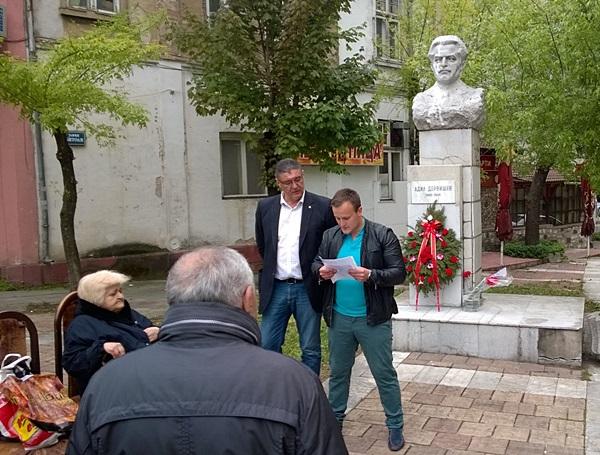 Адил Дервишев паметник