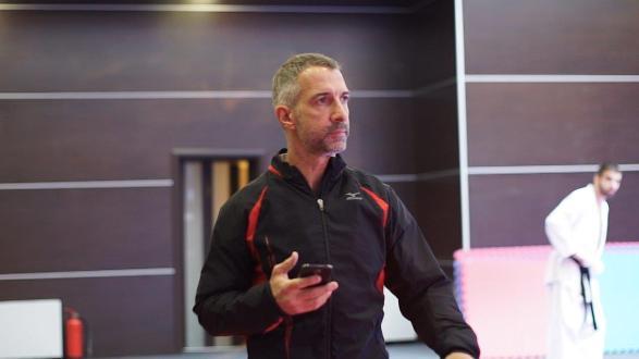 Александър Славков_президент на федераци ята_води тренировката с хронометър в ръка