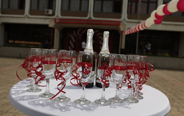 IMG_0491абитуриенти шампанско