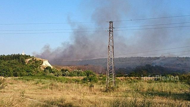 пожар сухи треви край Ясен
